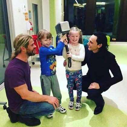 Chris Hemsworth e Tom Hiddleston visitam hospital infantil como Thor e Loki