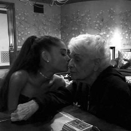Vídeo mostra vó de Ariana Grande chocada ao ver o show da neta