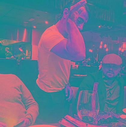 Leonardo DiCaprio faz a melhor cara ao ver chef Salt Bae jogando sal na comida