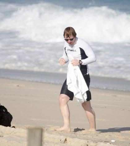 Ed Sheeran entra no mar de óculos escuros no Rio de Janeiro