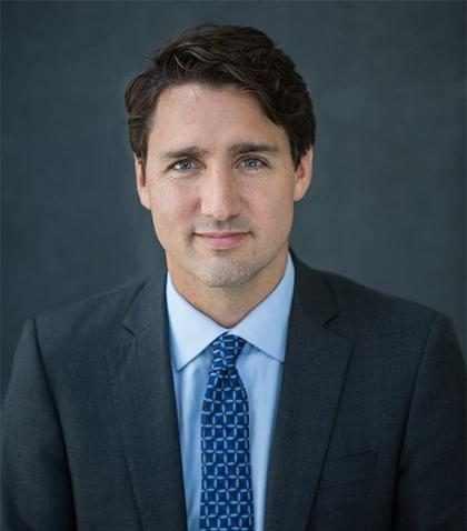 Justin Trudeau detiene una foto de graduación por la razón más cool ¡Míralo!