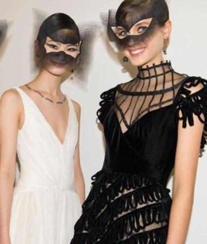 """Dior lança tendência em desfile com tatuagem que parece """"colar"""""""