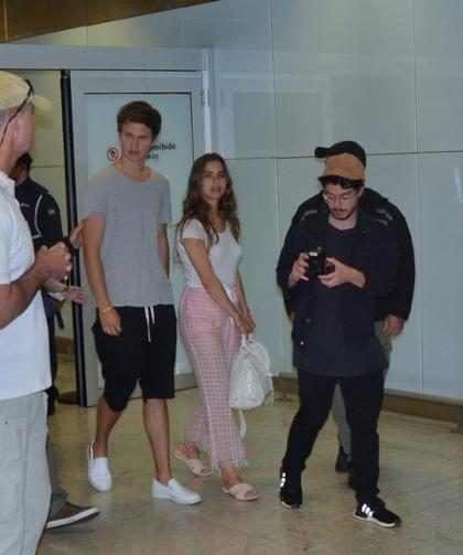Ansel Elgort desembarca em São Paulo com namorada e posa com fãs