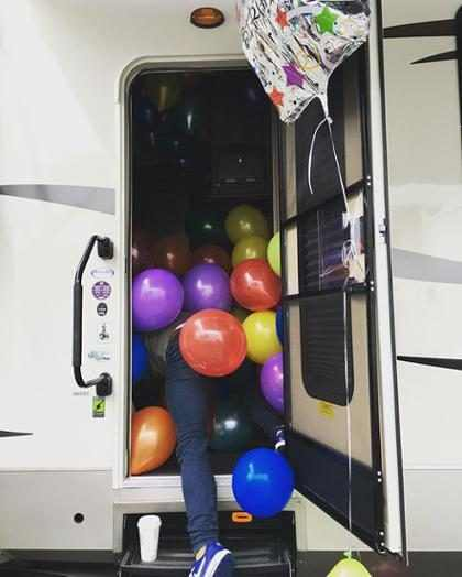 Dakota Johnson mostra Jamie Dornan recebendo surpresa de aniversário