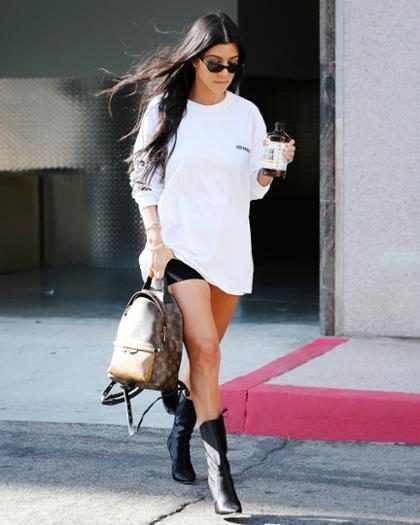 Kourtney Kardashian mostra o corpão de biquíni em foto no Instagram