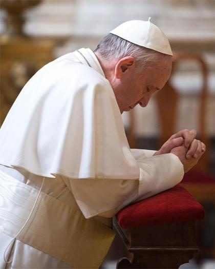 Papa Francisco cai durante missa na Polônia