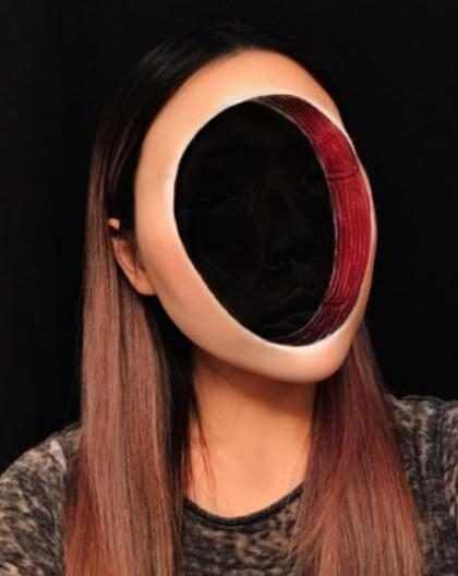 Artista assusta internet com maquiagem que cria buraco no rosto
