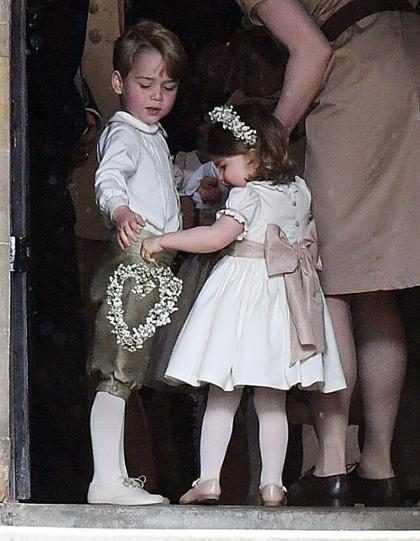 Príncipe George e princesa Charlotte roubam a cena no casamento de Pippa Middleton