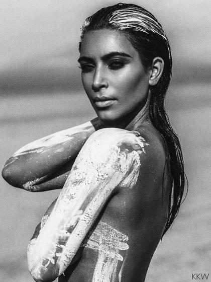 Kim Kardashian aparece totalmente nua em ensaio fotográfico no deserto
