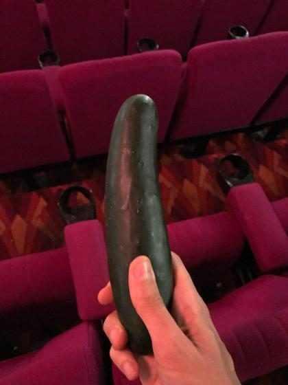 Lanterninha de cinema acha pepino no chão após sessão de 50 Tons Mais Escuros