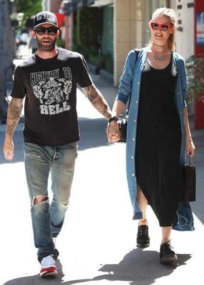 WFT! ¡Adam Levine fue acusado de abusar de Behati Prinsloo y su hija recién nacida!