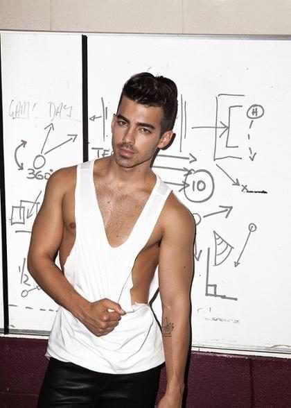 WTF! No creerás la clase de cosas que recibe Joe Jonas de parte de su fanaticada gay