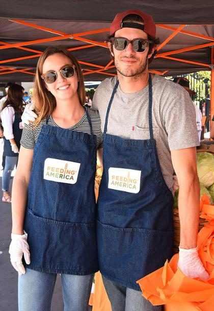 Leighton Meester y Adam Brody repartieron comida para gente sin hogar en Los Ángeles