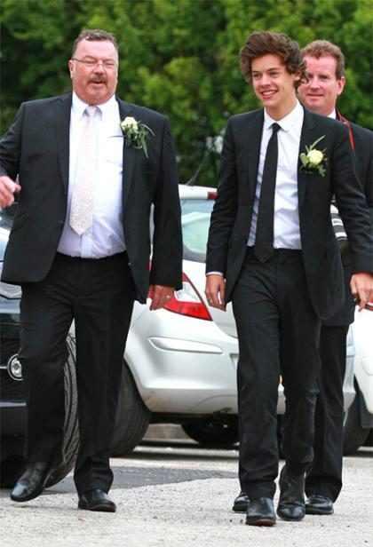 Harry Styles sufre por la muerte de su padrastro y sus compañeros de One Direction le muestran su apoyo