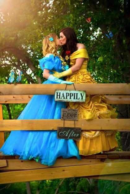 Noivas gays se vestem como princesas da Disney em casamento