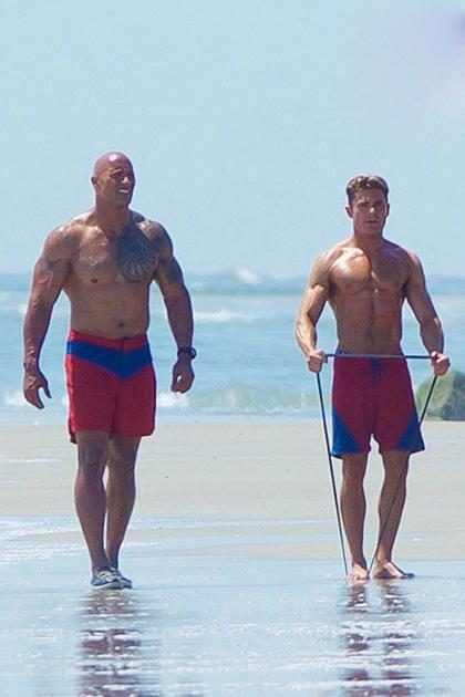 Zac Efron e Dwayne Johnson exibem os músculos no primeiro trailer de Baywatch