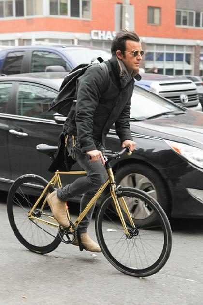 El sueño hipster: Justin Theroux haciendo diligencias por Nueva York en bicicleta
