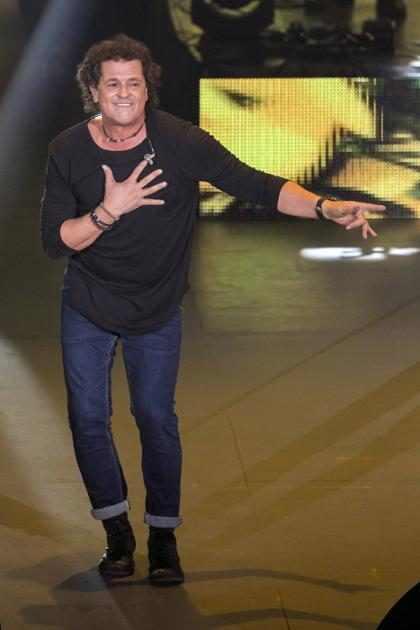 ¡Sin miedo a nada! Una fanática subió al escenario y le robó un apasionado beso a Carlos Vives