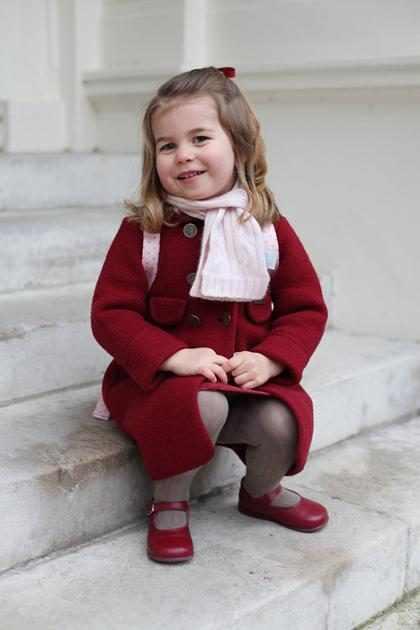 Princesa Charlotte surge sorridente em foto do primeiro dia no berçário