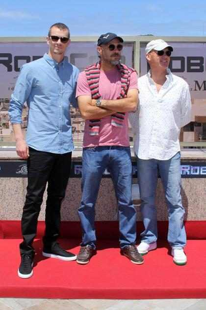 Joel Kinnaman, Michael Keaton e Padilha promovem RoboCop no Brasil