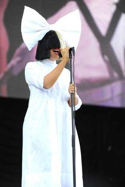 Sia faz rara aparição sem cobrir o rosto