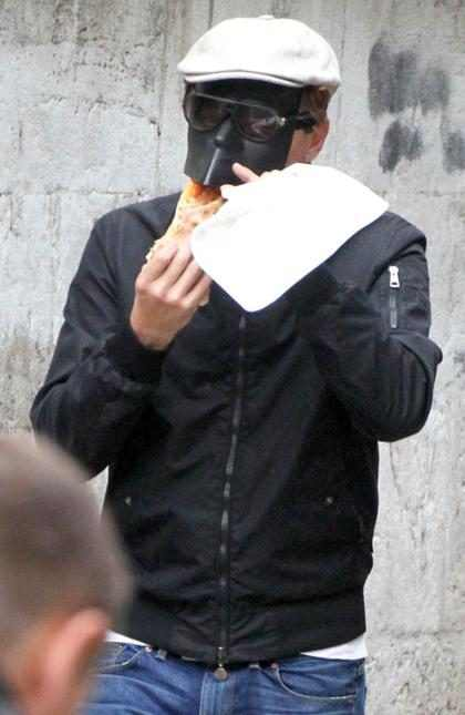 Leonardo DiCaprio paseando por Venecia con una máscara