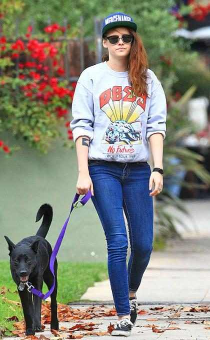 Kristen Stewart passeia com cachorro e exibe tatuagem