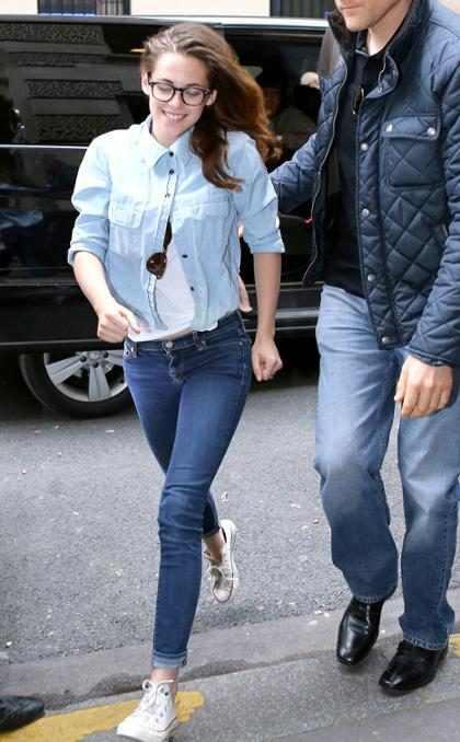 Kristen Stewart é flagrada sorridente