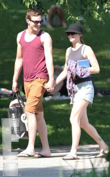 Jennifer Lawrence e Nicholas Hoult flagrados em clima de romance