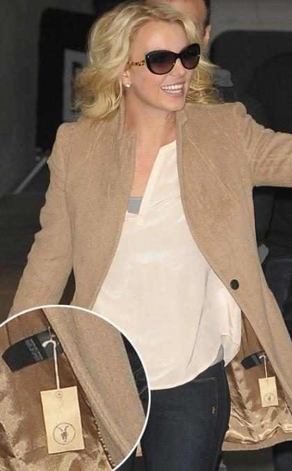Britney Spears esquece de tirar etiqueta de casaco e paga mico