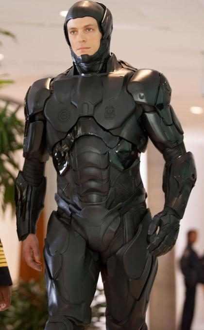 Joel Kinnaman o RoboCop não conseguia fazer xixi durante as filmagens