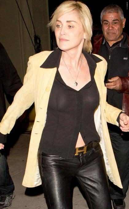 Sharon Stone paga peitinho e deixa barriga à mostra