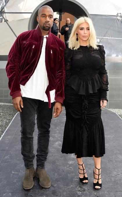 Kanye West homenageia Kim Kardashian com foto da estrela fazendo topless