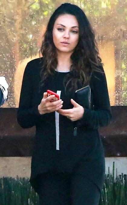 Mila Kunis é flagrada sem maquiagem e mais magra que nunca