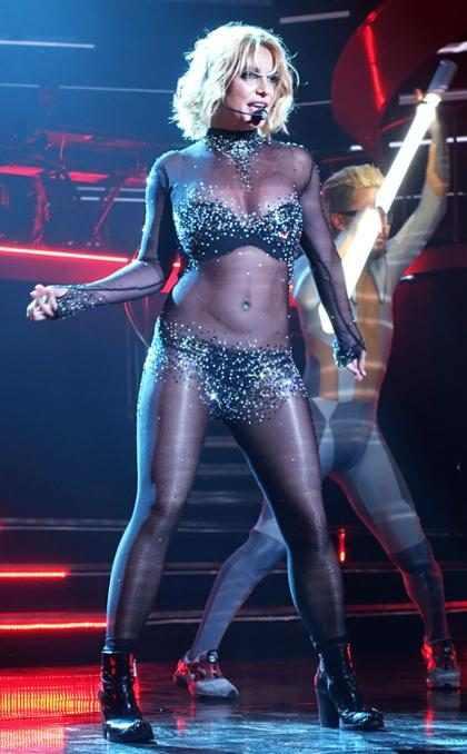 Britney Spears se resbaló durante un show y parece haberse lastimado (+ Video)