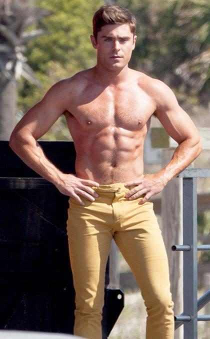 Os momentos mais sexy de Zac Efron sem camisa em fotos e gifs!