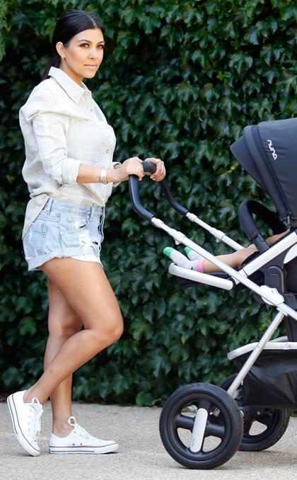 Kourtney Kardashian usa short curtinho para passear com bebê Reign