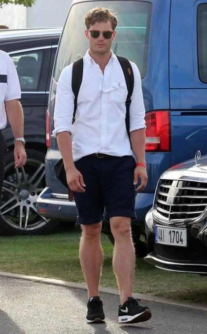 Jamie Dornan filma novo longa em Praga e vai à torneio de golfe