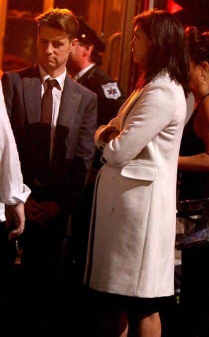Morena Baccarin aparece com barrigão de grávida em set de Gotham
