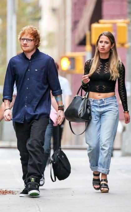 Ed Sheeran fica sem tênis para salvar a namorada em festa