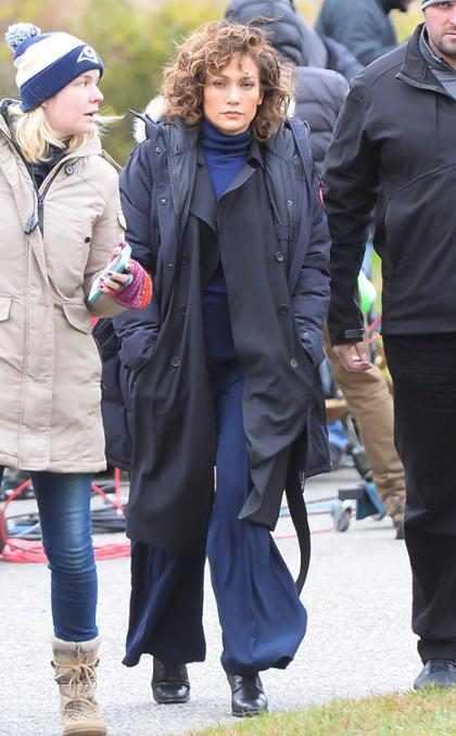 Jennifer López luciendo muy abrigada en el set de Shades Of Blue