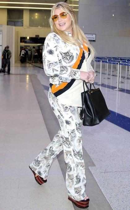Kesha hace del aeropuerto de Los Ángeles una pasarela