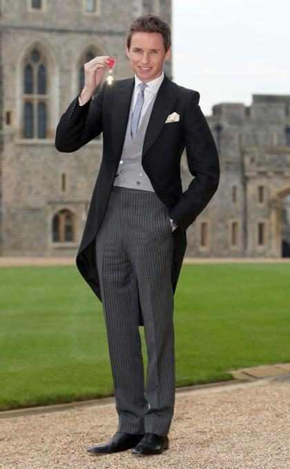Eddie Redmayne fue condecorado como Oficial de la Orden del Imperio Británico y lució muy elegante