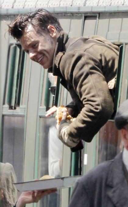 Harry Styles parece divertirse mucho en el set de su próxima película