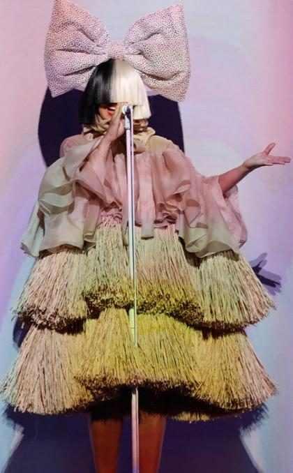 OMG! Sia luce irreconocible sin su peluca ¿La abandonará para siempre? (+ Foto)