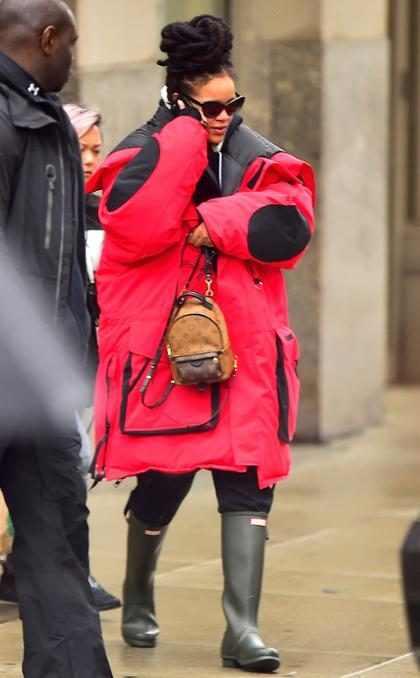 Rihanna se esconde del frío de Nueva York como puede ¡Con estilo!