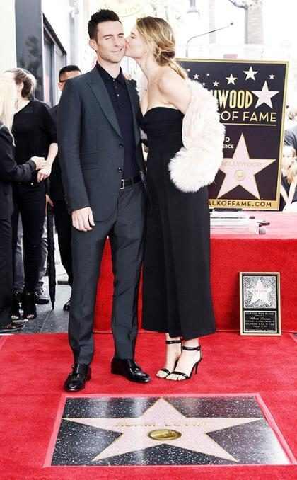 Adam Levine siendo honrado con una estrella en el Paseo de la Fama de Hollywood