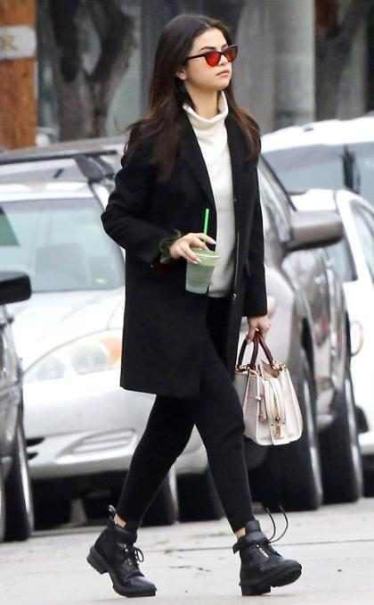 Selena Gomez posta fotos de volta ao estúdio de música