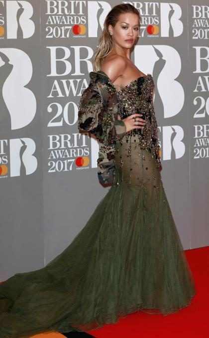 Rita Ora en la alfombra roja de los Brit Awards