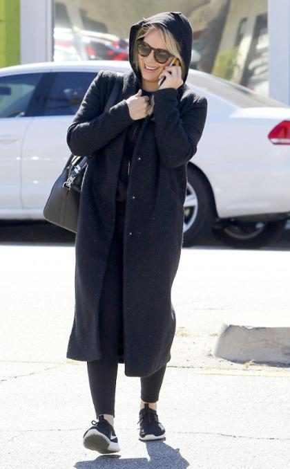 Hilary Duff intenta que nadie la reconozca mientras llega a su clases de entrenamiento pero no nos engaña